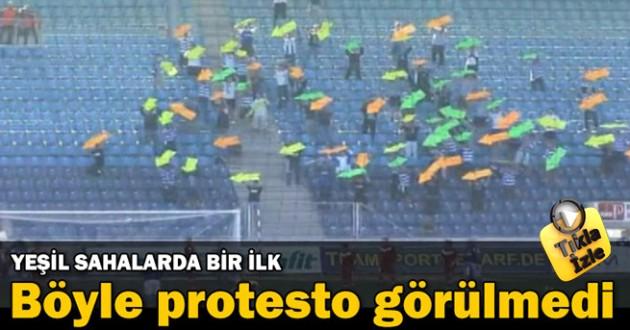 Futbol Maçında Ok işareti İle Kaleyi Gösteren Protesto