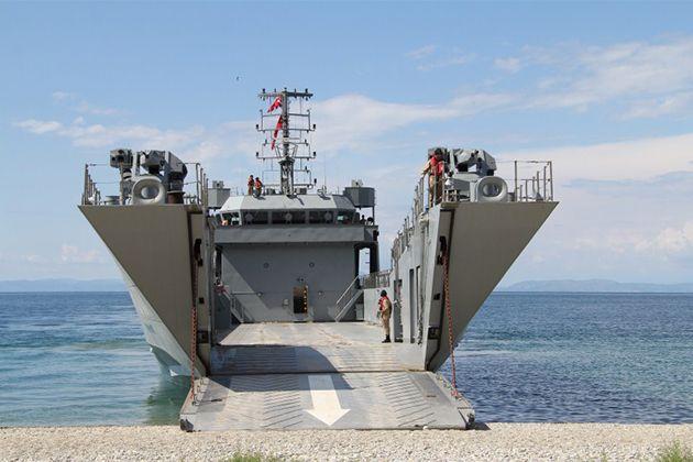 Türk Çıkarma Gemisinden Muhteşem Atış!