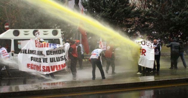Başkent'te İzinsiz Gösteriye Polis Müdahelesi