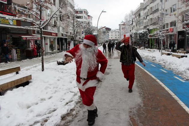 Yeniçeri Noel Baba'yı Kovaladı
