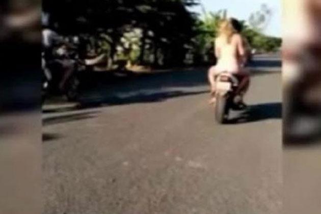 Kamboçya'da Çıplak Motosiklete Binenler Sınırdışı Edildi