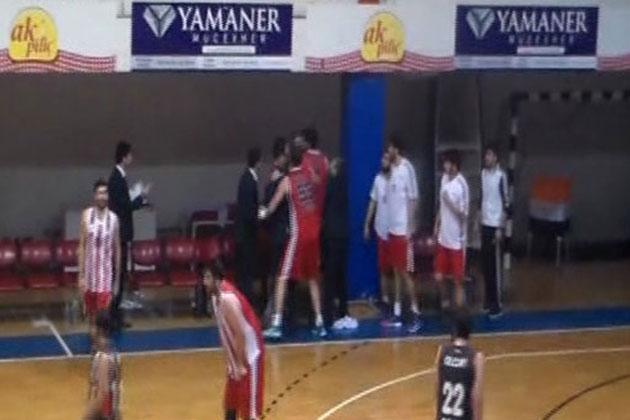 Basketbol Maçında Baş Antrenör Oyuncusuna Tokat Attı!