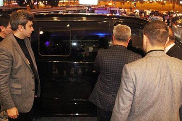 Kemal Kılıçaroğlu Minibüste Kilitli Kaldı!