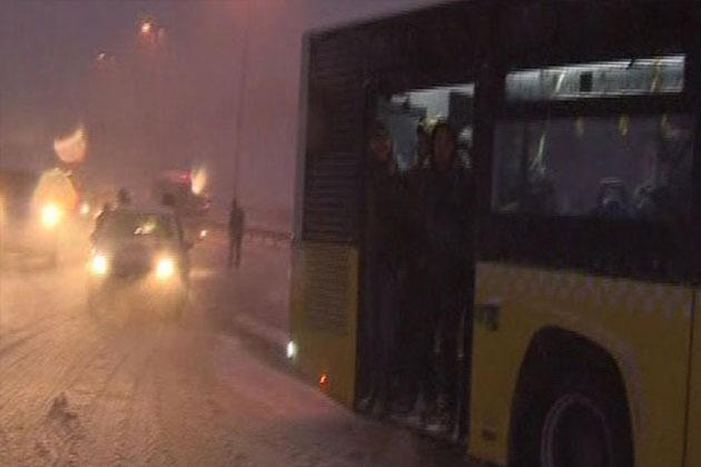 Yolcu Otobüsünü Zıplayarak Hareket Ettirmeye Çalıştılar