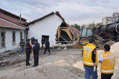 Uşak'ta Tarihi Bina Çöktü: 1 İşçi Öldü!