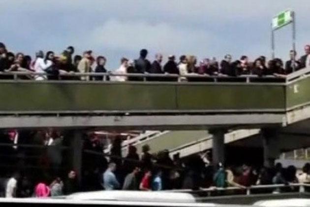 İstanbul'da Metrobüs Durağında İzdiham