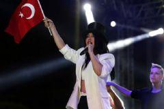 Hande Yener Sahneye Türk Bayrağıyla Çıktı