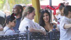 Kim Kardashian Sütyensiz Yakalandı