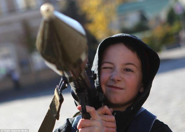 Ukrayna'da Çocuk Askerler Savaşıyor