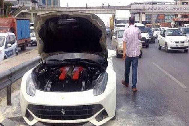 E-5 Karayolu'nda Ferrari Yandı