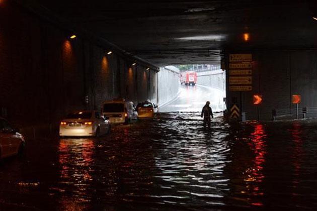 Taksim Cumhuriyet Caddesi Alt Geçidini Su Bastı