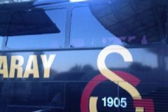 Bursasporlu Taraftarlardan Galatasaray Otobüsüne Taşlı Saldırı