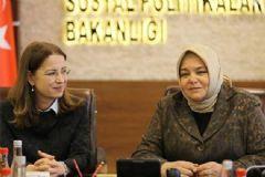 Ayşenur İslam, Ayşen Gürcan'a Bakanlığını Devretti