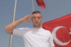 Podolski'den Türk Bayraklı Mesaj