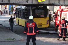 İstanbul'da Polisleri Taşıyan Otobüs Üst Geçide Çarptı: 26 Yaralı