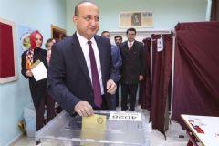 Başbakan Yardımcısı Akdoğan Oyunu Kullandı