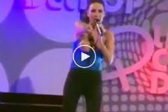 Arjantinli Şarkıcı Dekolte Kurbanı Oldu