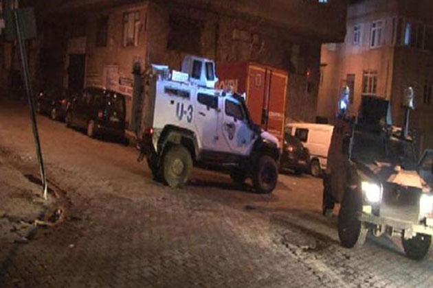 Okmeydanı'nda Devriye Gezen Zırhlı Polis Aracına Saldırı!