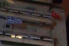 Yunanistan'da Bir Evin Balkonunda Asılı Olan Türk Bayrağı İndirildi