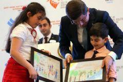 Şehit Çocukları Resmettikleri Tabloları Davutoğlu'na Hediye Etti