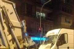 İzmir'de Minibüs Çöp Kamyonuna Çarptı: 2 Ölü