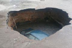 Ankara'da Park Halindeki Araç 3 Metrelik Çukura Düştü