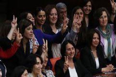 HDP'li Kadın Vekillerden Dokunulmazlık Pozu