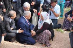 Başbakan Adayı Yıldırım Hayatını Kaybeden 16 Köylünün Mezarını Ziyaret Etti