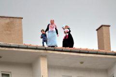 Erdoğan'a Sesini Duyurmak İsteyen 3 Kadın Çatıya Çıktı