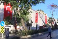 Vezneciler'de Hasar Gören İş Yerlerine Türk Bayrağı Asıldı