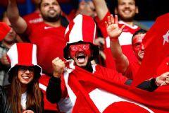 Türk Taraftarlar Paris'i Adeta Kırmızı-Beyaza Bürüdü