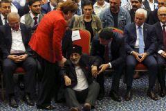 Yaşlı Bir MHP'li Kurultay'da Meral Akşener'in Önüne Oturdu
