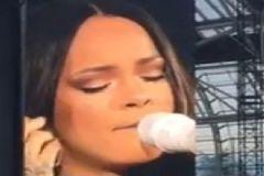 Rihanna, Sahnede Ağladı