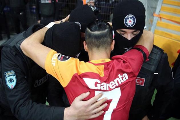 Gaziantespor-Galatasaray Maçında Duygulandıran An! Yasin, Gol Sevincini Polislerle Yaşadı