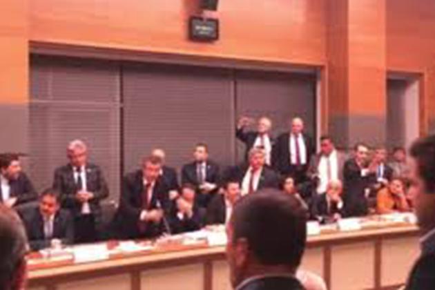 Anayasa Komisyonunda Gerginlik! Pet Şişeler Fırlatıldı
