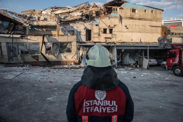 Beyoğlu'nda 3 Katlı Binada Çöktü!