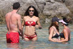 Adriana Lima'nın Kırmızı Bikinisi Olay Yarattı!