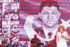 Funda Arar Konserinde Şehitleri Andı