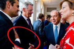 Türk Vekil, İsrail Başbakanı Netanyahu'nun Elini Sıkmayarak Havada Bıraktı!