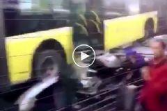 İstanbul'da Metrobüs Yoldan Çıktı! Olay Yerinden Görüntüler