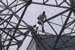Hanife Red Etti Elektrik Direğine Çıktı