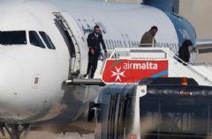 Kaçırılan Uçakta Bulunan Yolcular Tahliye Ediliyor